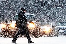 Российские города и дороги засыпает снегом